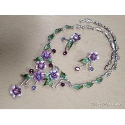 Набор  бижутерии серебристый в виде сиреневых цветов и  с зелеными листочками, серьги  и ожерелье