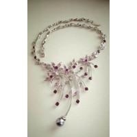Нарядное серебристое  крупное ожерелье, колье   с фиолетовыми камнями и жемчужиной