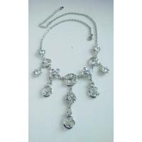 Нарядное серебристое сияющее ожерелье