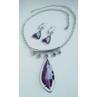 Комплект бижутерии серебристый с яркими фиолетовыми камнями, серьги  и колье